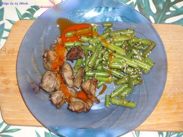 Sült máj szezámmagos zöldbabbal