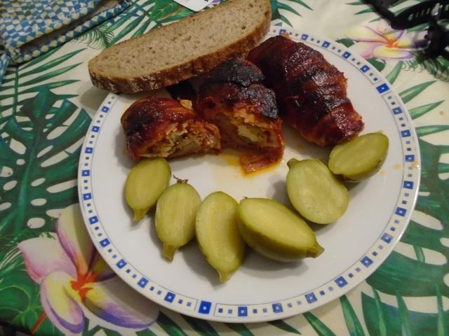 Fűszeres sertéskaraj fetával hegyes erős paprikával töltve fokhagymás chiliszósszal öntözött baconbe csomagolva