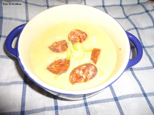 Zelleres burgonyakrémleves kolbászkarikákkal