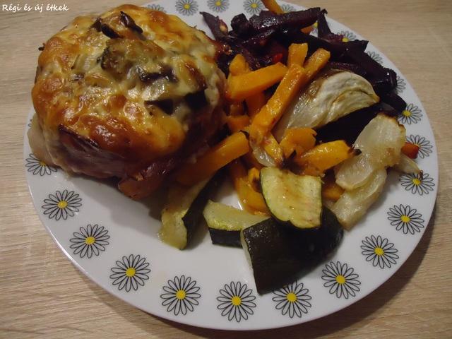 Párolt zöldséggel, sajttal töltött darált hús sonka köntösben fűszeres sült zöldségekel