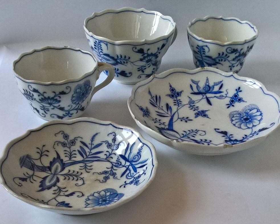 A meisseni Teichert kerámiaüzem hagymamintás csészéi a 19. század és a 20. század fordulójáról, 3 db. + Hagymamintás tányérok, 2 db. Tételszám: 1170. (Kép: Portobello.)