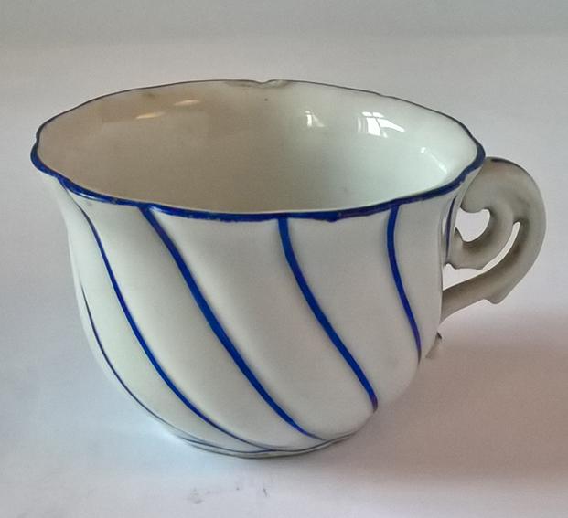Altwien csíkos porcelán csésze 1855-ből. Préselt, színtelen mázalatti pajzzsal, festő és modellező jellel jelzett. Tételszám: 1079. (Kép: Portobello.)