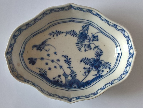 Altwien porcelán tálka kobaltkék dekorral az 1780-as évek végéről. Jelzett. Festő és mesterjelekkel. Tételszám: 1100. (Kép: Portobello.)