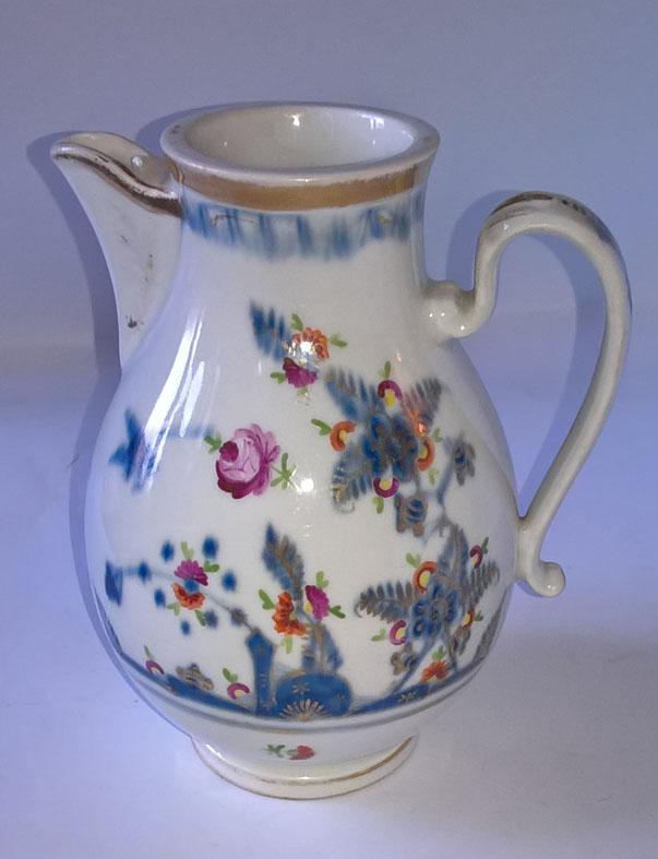 Altwien színes, aranyozott porcelánkanna 1808-ból. Mázalatti kék pajzzsal jelzett. Tételszám: 1108. (Kép: Portobello.)