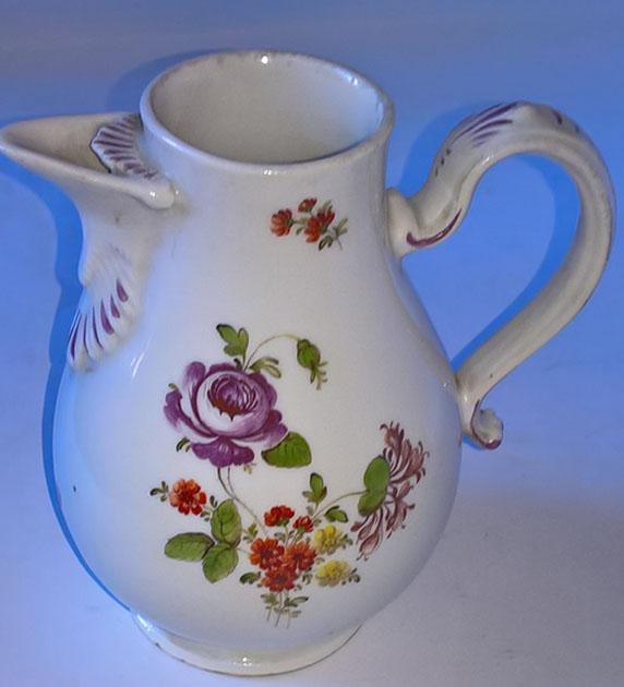 Altwien virágos kanna az 1810-es évekből. Mázalatti kék pajzzsal jelzett. Tételszám: 1111. (Kép: Portobello.)