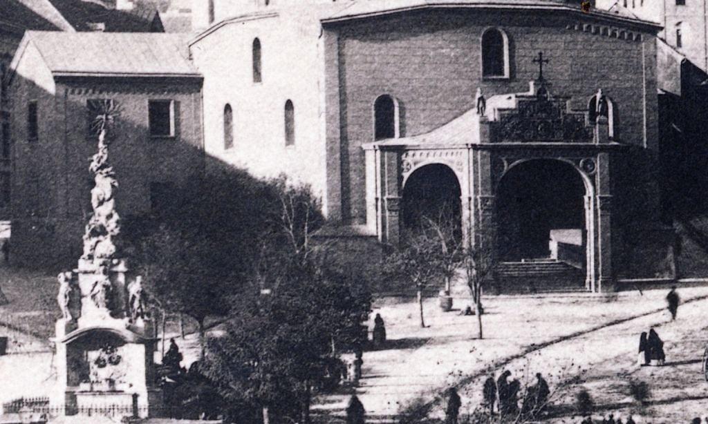 07_1890_k_szechenyi_ter_szenharomsag_szobor_es_a_templom_bejarat_oszlopos_elocsarnoka.jpg