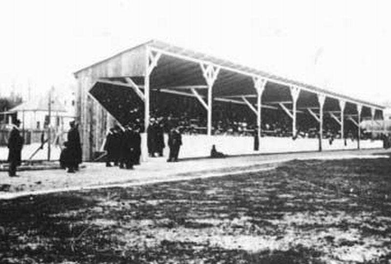 1905 Ráth utcai (ma József Attila utca) stadion lelátója.jpg