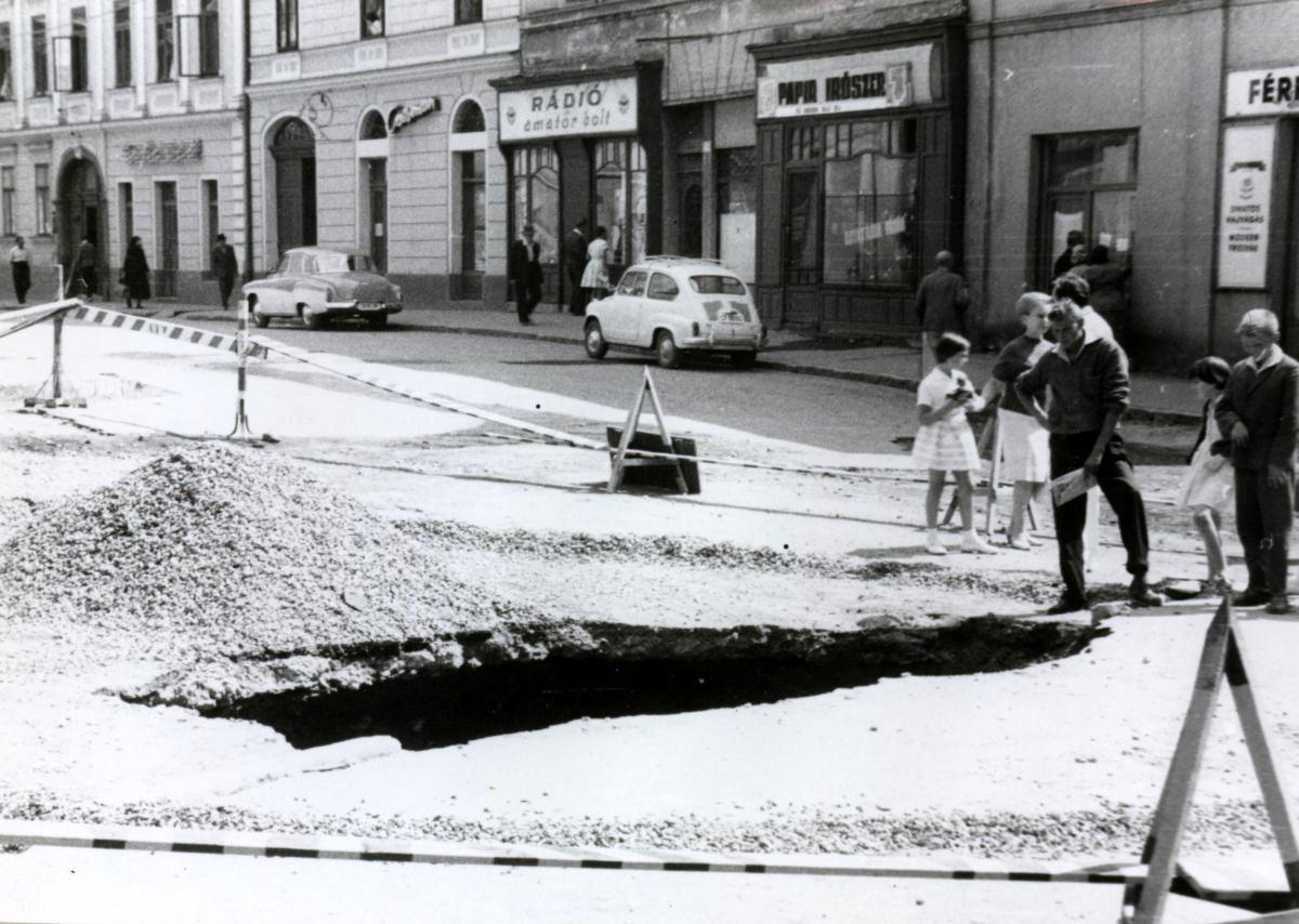 1963_jokai_ter_zajonc_pal_uzlete_a_radioamator_es_a_papir_bolt_kozott_2.jpg