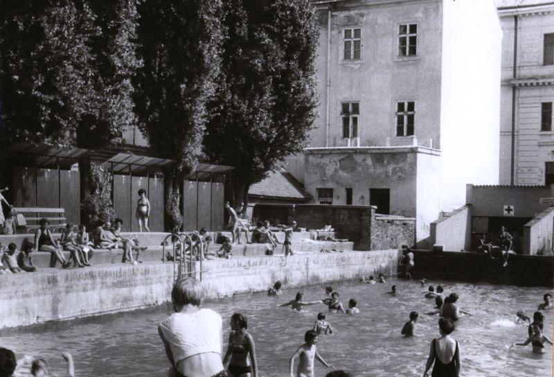 1965_ciszterci_nagy_lajos_gimnazium_strand.jpg