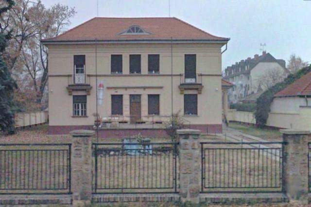 Debrecen, MSZP székház előkertje.jpg