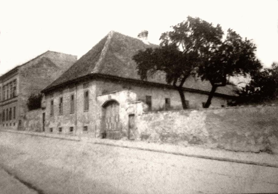 _kep_1930_korul_malom_utca_23-25_also_sarkan_volt_a_bildstock.jpg