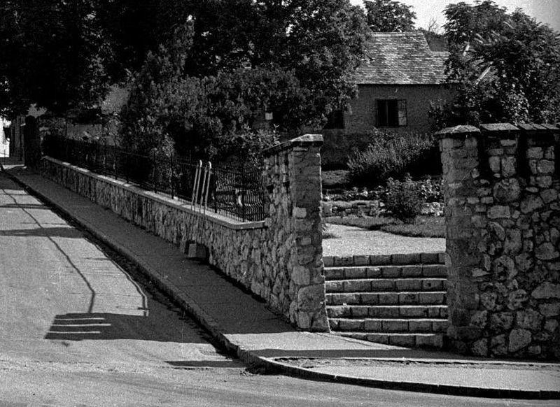 _kep_1962_eszperanto_park_keposzlop_szoborfulke_mar_lebontva.jpg