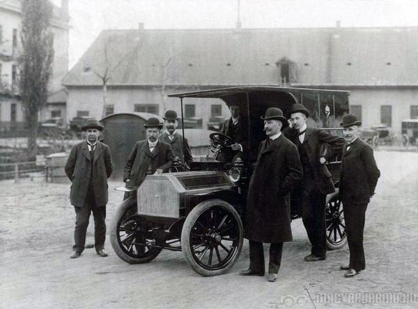 csonka-fele_postaauto_1905_a_felepitmeny_a_glattfelder_kocsigyarban_keszult_forras_postamuzeum.jpg