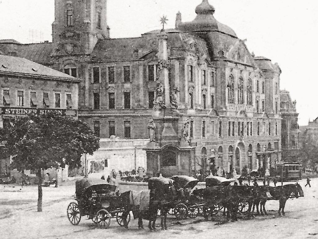kep-07_1913-1914_korul_a_bazar_epulete_meg_all.jpg