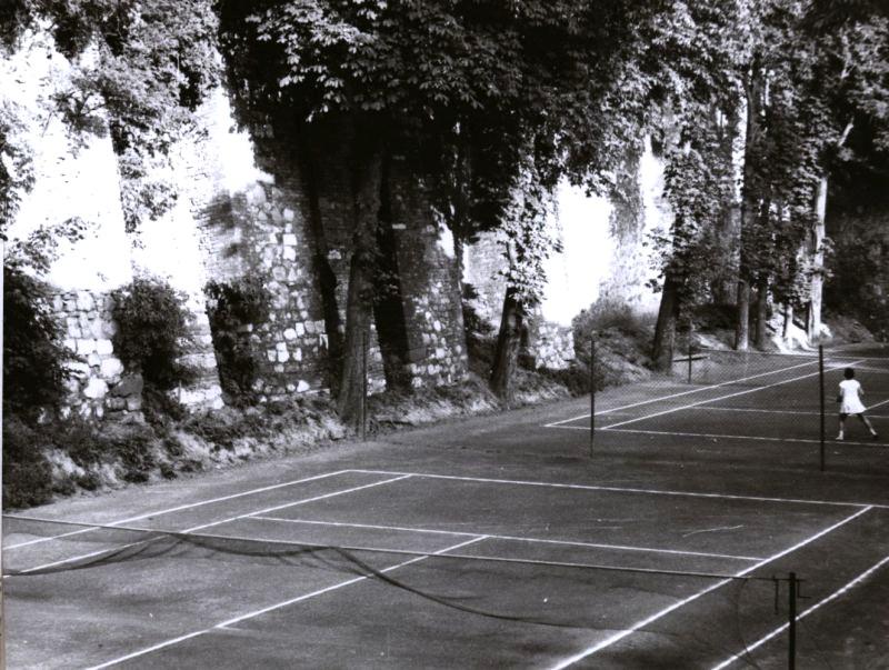 kep4_csgyk_fototar_pecs_a_voros_meteor_se_teniszpalya_a_varosfal_menten_1963.jpg