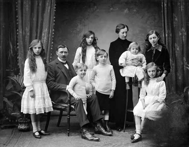 family_portrait_1913_wikimedia_commons.jpg