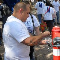 Tömeges csapvíz-ivás: Megdőlt az együtt ivás eddigi 900 fős rekordja