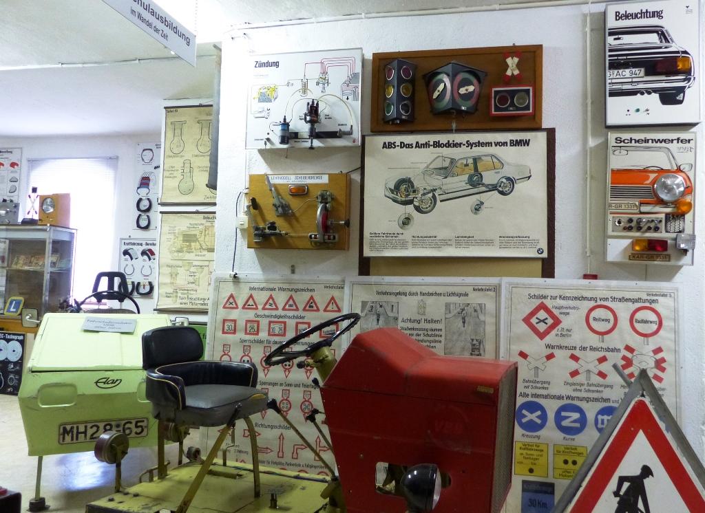 Egy teremben, korabeli autósiskola szemléltető eszközeinek bemutatója volt megtalálható