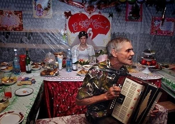 Látszik, hogy ez élete legszebb napja. Valószínűleg nem ilyen esküvőre számított az ara. Pedig egy szava sem lehetne: a dekoráció tényleg pazar.