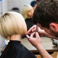 Ez a divatos frizura és hajfestés a legnőiesebb a szezonban