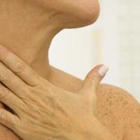 Így masszírozd le a nyakadról a redőket: nemcsak a ráncok ellen jó