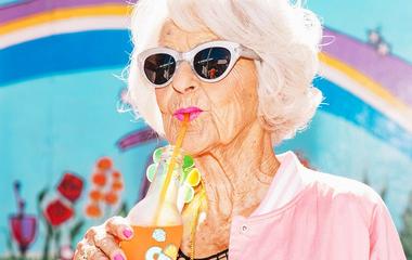 89 éves, de jobban mer öltözködni, mint a 30-as nők: még a botja is stílusos az Insta-nagyinak