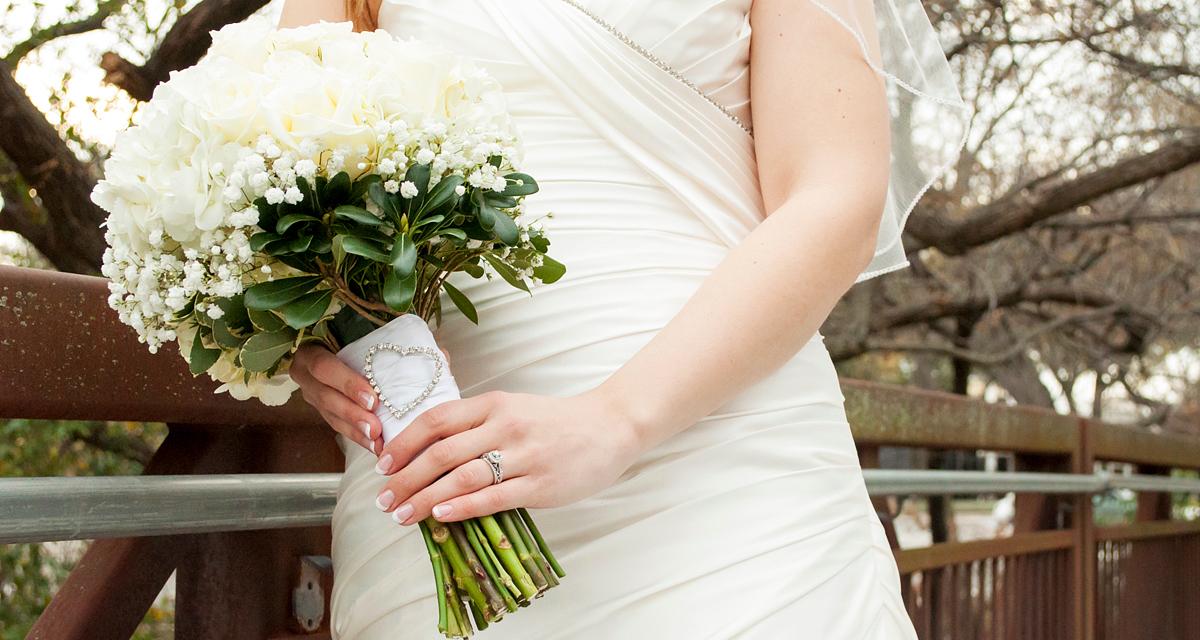 Így tűnhetsz karcsúbbnak az esküvői ruhában: alakformáló fazonok testalkat szerint
