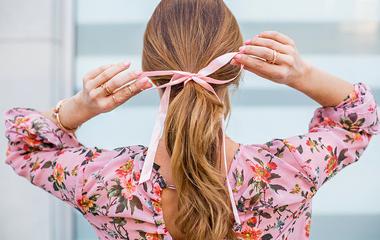 10 inspiráló tavaszi frizura szalaggal: nemcsak kislányoknak