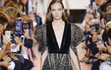 Még a puffos ujjú ruhát is szerethetővé teszi Elie Saab - Senki nem ért így a női szabásvonalakhoz