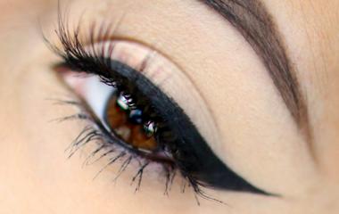 Így nyomdázz a szemhéjadra cicás tusvonalat: tökéletes lesz