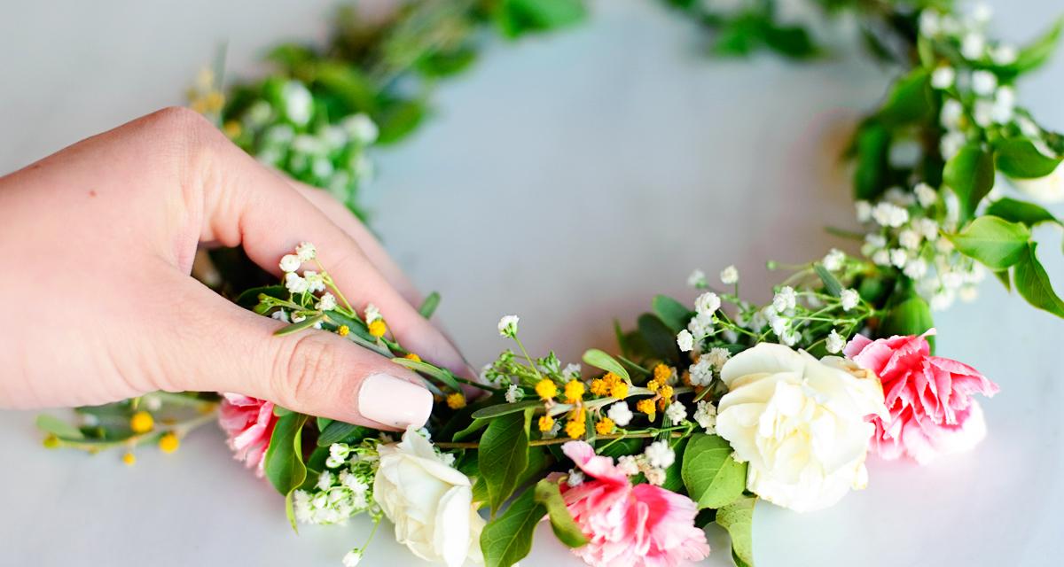 Ennél több nem is kell a menyasszony hajába: így készíts tündéri virágkoszorút