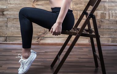 Formás, feszes lábak, futás nélkül: csak egy szék kell hozzá