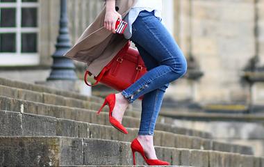 A piros cipő minden szettet feldob: ez a nőies kiegészítő csodát tesz