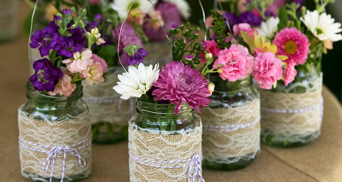 Olcsó, de gyönyörű esküvői dekoráció: befőttes üvegek mindenütt