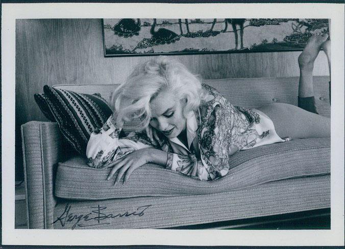 George Barris készítette az utolsó fotósorozatot a színésznőről tragikus halála előtt nem sokkal, 1962-ben. A fotós megkapó pillanatokat rögzített, melyek sokkal többet elmeséltek Marilyn Monroe személyiségéről, mint a beállított dívaportrék.