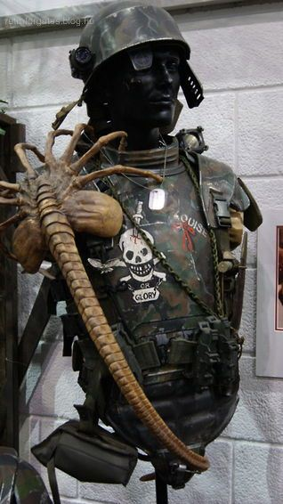 aliens-face-eater-prop-with-marine-armour.jpg