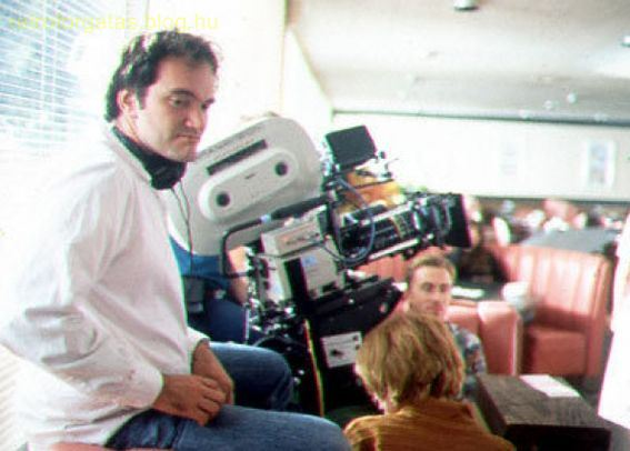 pulp-fiction-tarantino-sits-by-the-camera-in-between-takes.jpg