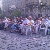 élő közvetítés a Bakáts térről