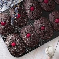 Csokoládés-pisztáciás madeleine málnával {gluténmentes & vegán}