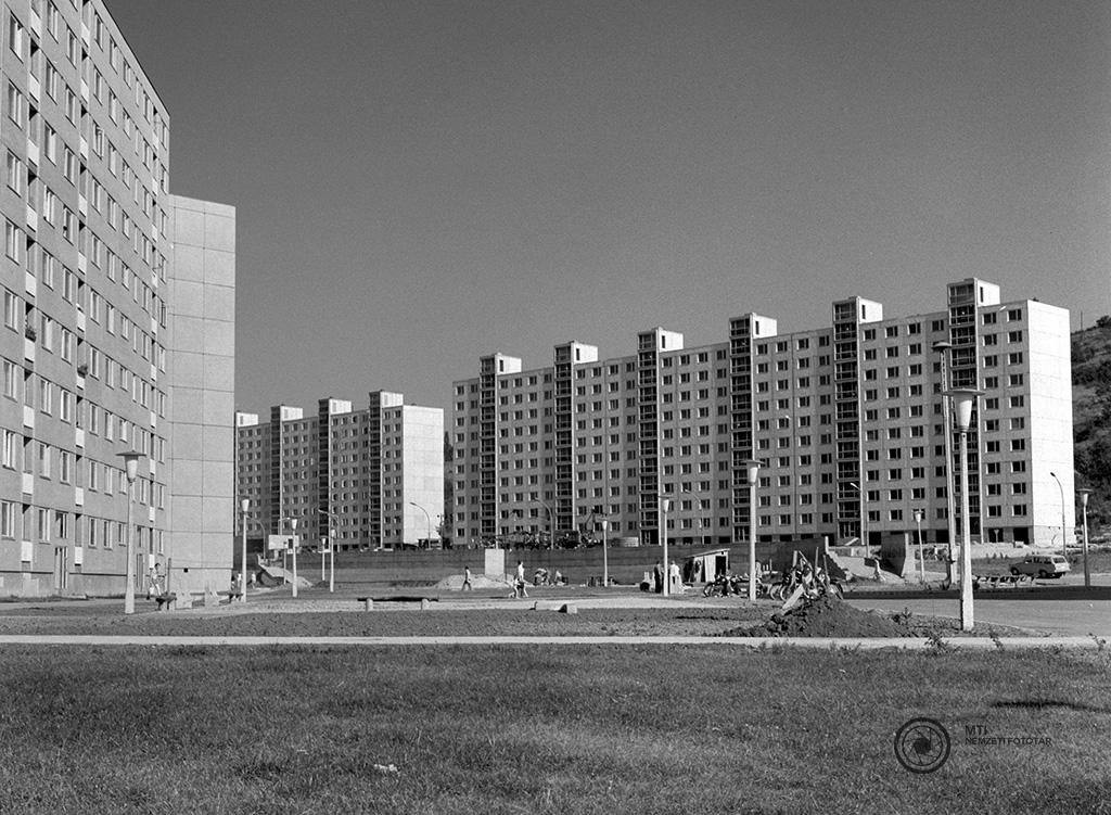 Ózd, 1974. július 17. Új városközpont épül Ózdon a hajdani 'gyújtó' városrész helyén. Már több tízemeletes sávházba beköltöztek a lakók. MTI Fotó: Érczi K. Gyula