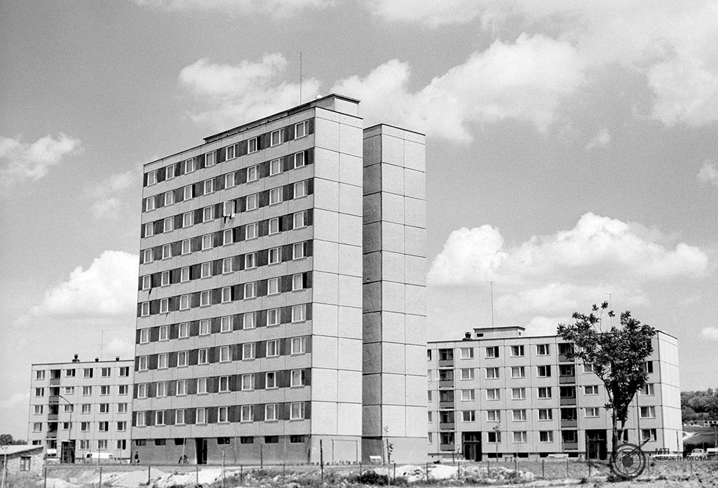 Ajka, 1971. május 30. Nyolcvanlakásos panelház Ajka új városrészében. MTI Fotó: Jászai Csaba<br />Az 1970-es évektől elejétől számos új házgyár épült az országban, amelyek modernebb, nagypaneles elemeket gyártottak a lakótelepek számára. Néha 4–5, ám többségében 8-10 emeletes tömbök épültek.