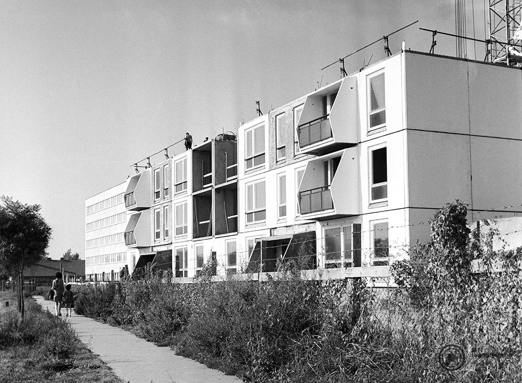 Szekszárd, 1977. október 20. A Tolna megyei Állami Építőipari Vállalat építőmunkásai egy új típusú panelház építkezésén dolgoznak Szekszárdon. A készülő öt, 11 szintes, 62 lakásos 'fehér ház' egy fiatalokból álló pécsi tervezőcsoport elképzelései alapján épül. Az első beköltözők a Paksi Atomerőmű dolgozói lehetnek. MTI Fotó: Gottvald Károly