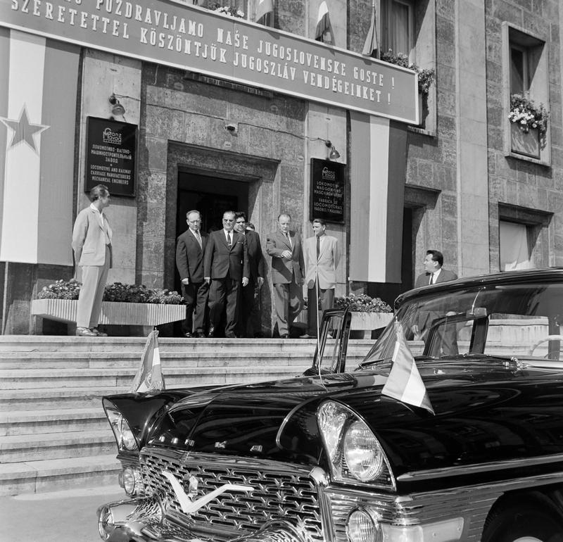 1964_vajda_peter_ut_konyves_kalman_korut_sarok_a_ganz-mavag_kozponti_irodaepuletenek_bejarata_a_felvetel_josip_broz_tito_szemuveggel_latogatasakor_keszult.jpg