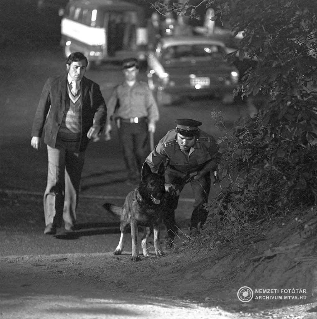 1975. június 2. Sátori százados szerepében Szilágyi Tibor (b), Csupati őrmester szerepében Madaras József (j) és Kántor kutya a Kántor című tv filmsorozat egyik jelenetében. MTV Fotó: Kiss Júlia