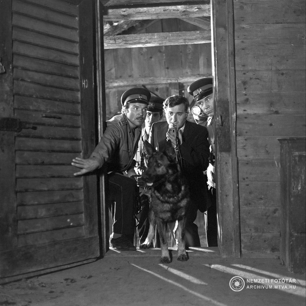 1975. június 1. Csupati őrmester szerepében Madaras József (b), Sátori százados szerepében Szilágyi Tibor (k) és Bokor őrnagy szerepében Horváth Sándor (j) egy ajtón lépnek be a Kántor című tv filmsorozat egyik jelenetében. MTV Fotó: Kiss Júlia
