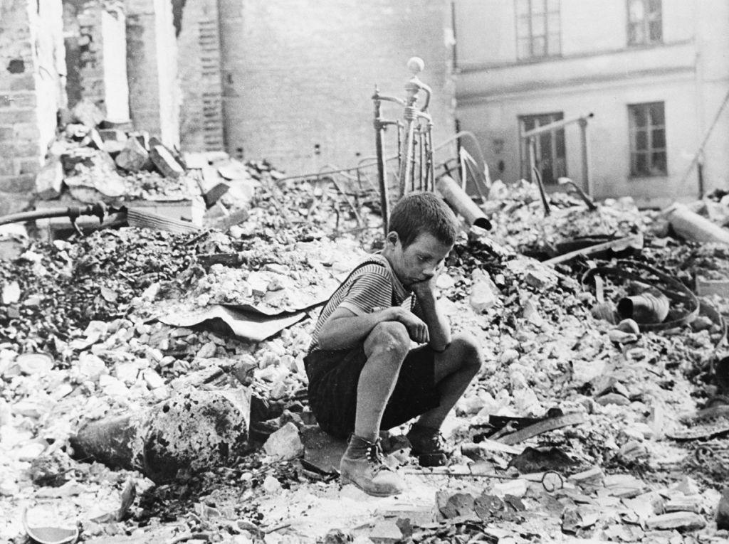 polish_9yr_old_kid_in_the_ruins_of_warsaw_september_1939.jpg