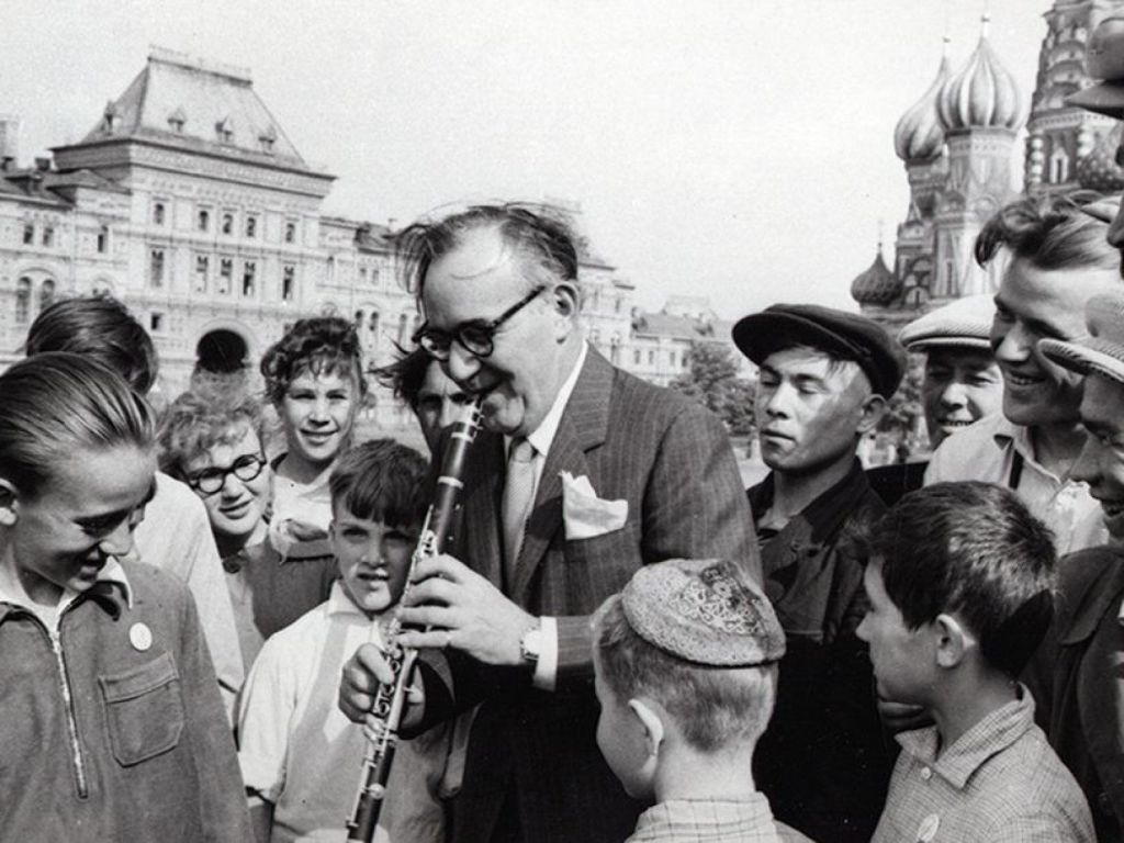 benny_goodman_playing_in_red_square_moscow_during_his_1962_tour_of_the_soviet_union.jpg