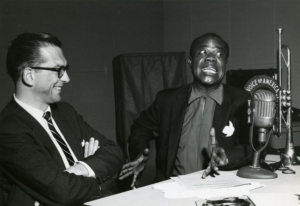 louis_armstrong_hams_it_up_on_radio_dj_willis_conover_s_voice_of_america_show_music_usa.jpg