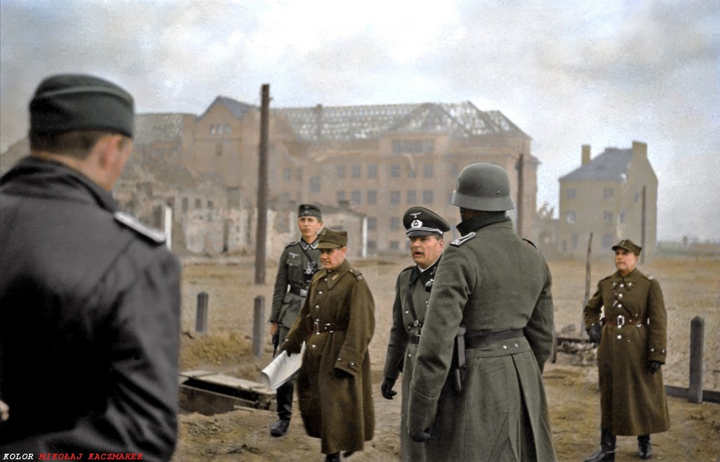 1939_szeptember_28_tadeusz_kutrzeba_alairja_a_nemetek_elott_a_dokumentumot_varso_megadasarol.jpg