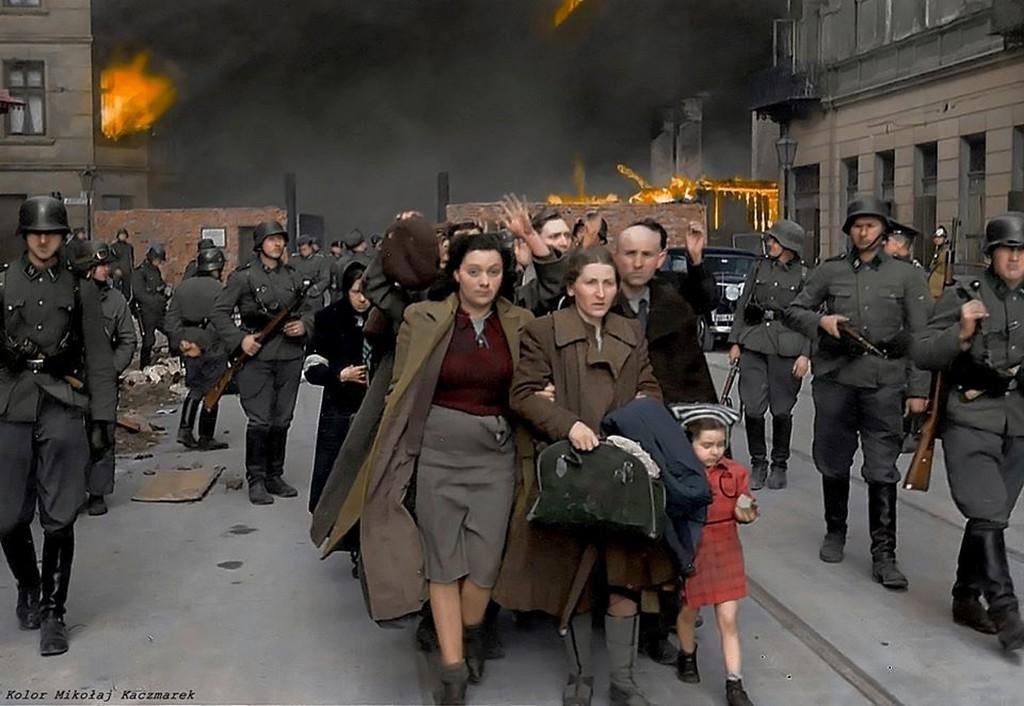 1943_aprilis_a_felkeles_kirobbanasakor_elhurcolt_zsido_csalad_a_varsoi_nowolipie_utcabol_a_foto_lathatoak_kozul_csak_a_kopasz_ferfi_elte_tul_a_halaltabort.jpg